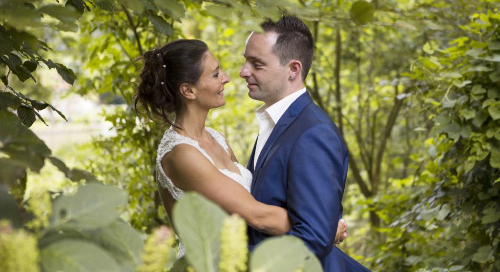 spontane bruidsfotografie in het bos