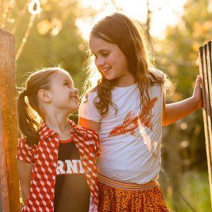 gezinsfotograaf Limburg golden hour zusjes
